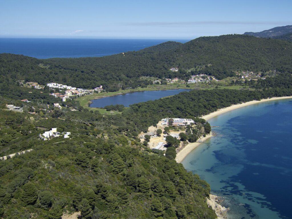 Veduta dall'alto dell'Elevi Hotel immerso nella natura dell'isola