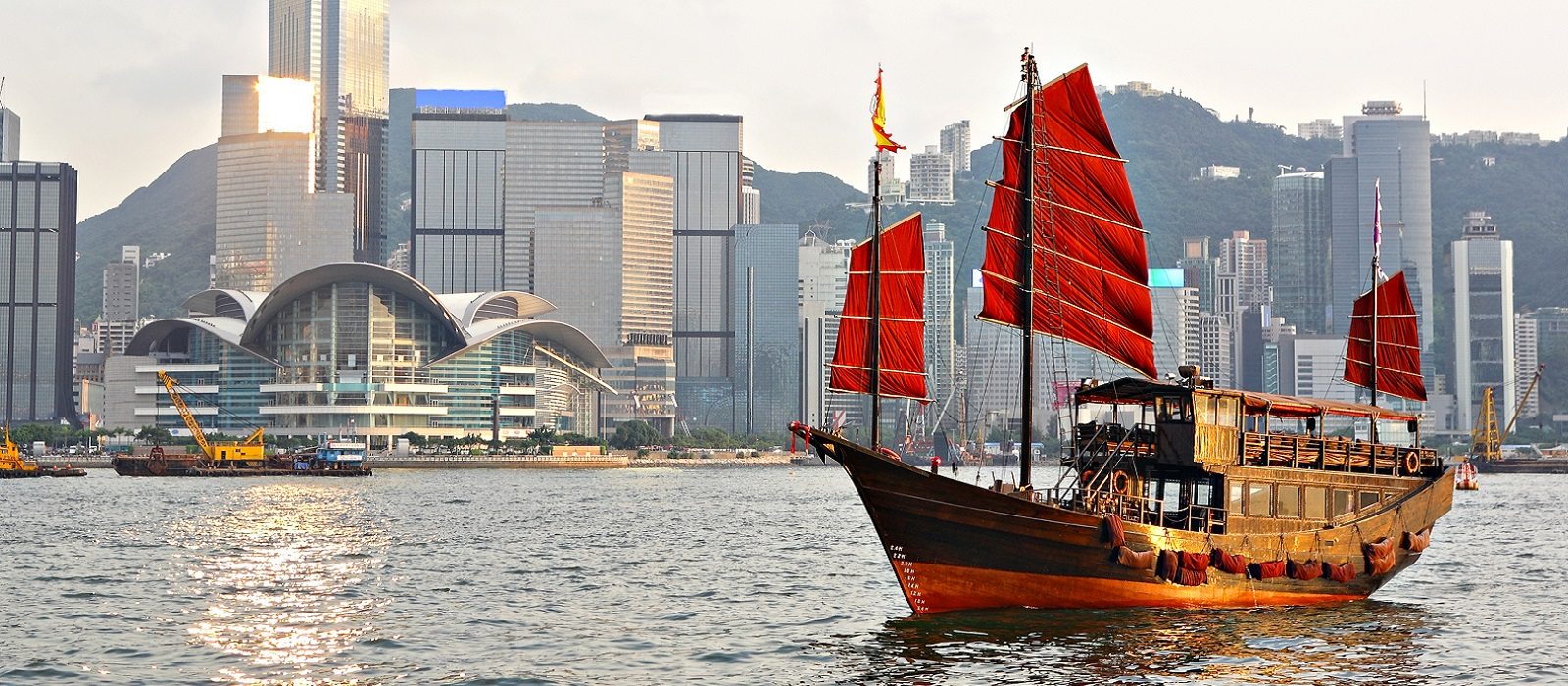 Hong Kong vista dall'acqua