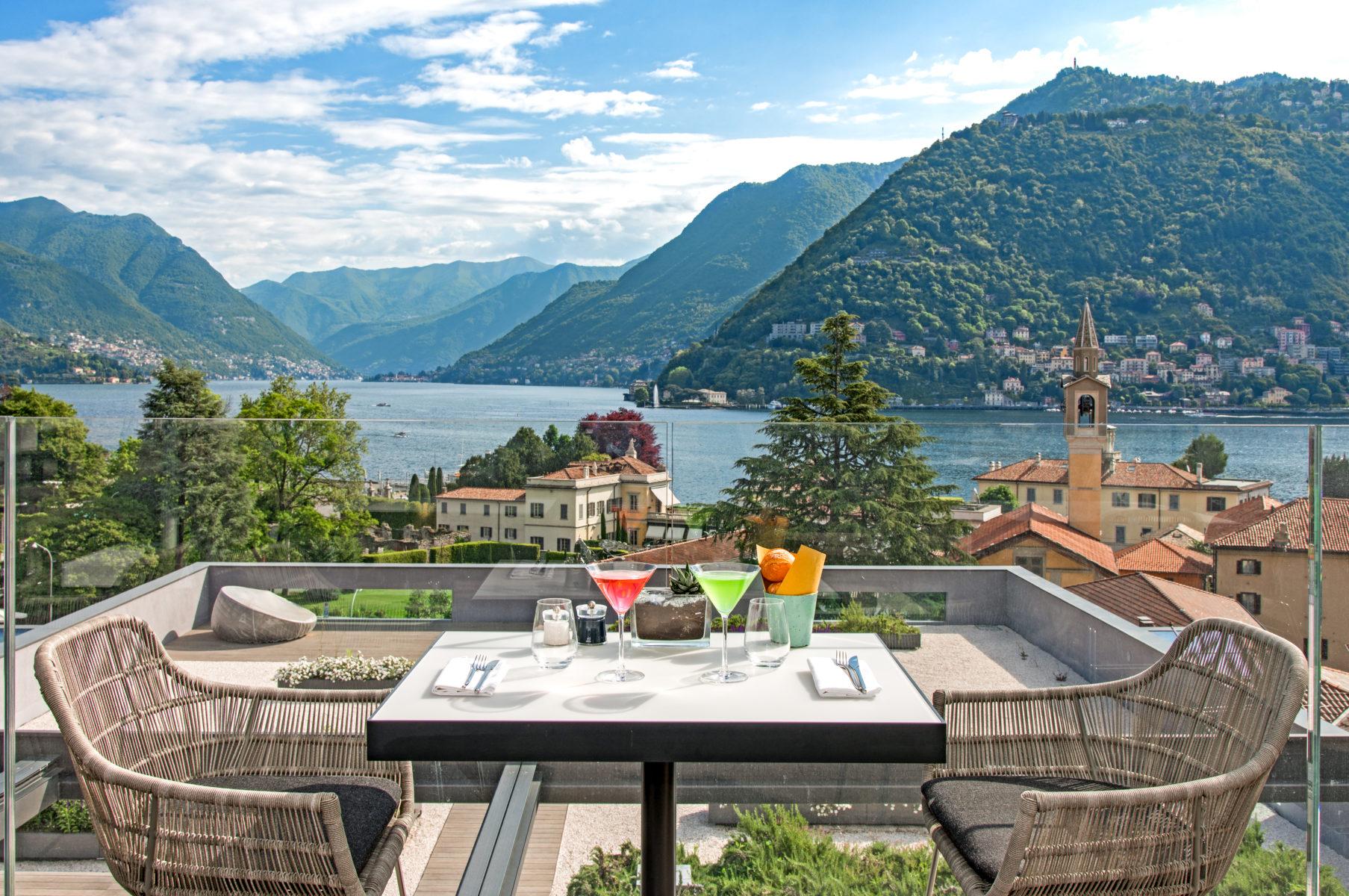 La spettacolare vista sul lago di Como che si gode dall'ultimo piano dell'Hilton Lake Como