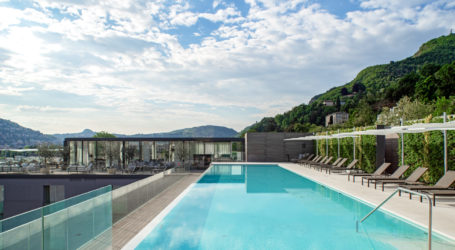 L'infinity pool sul rooftop dell'Hilton Lake Como