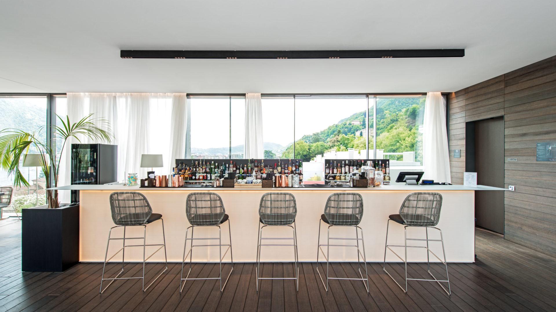 Il bancone del Rooftop Bar dell'Hilton Lake Como