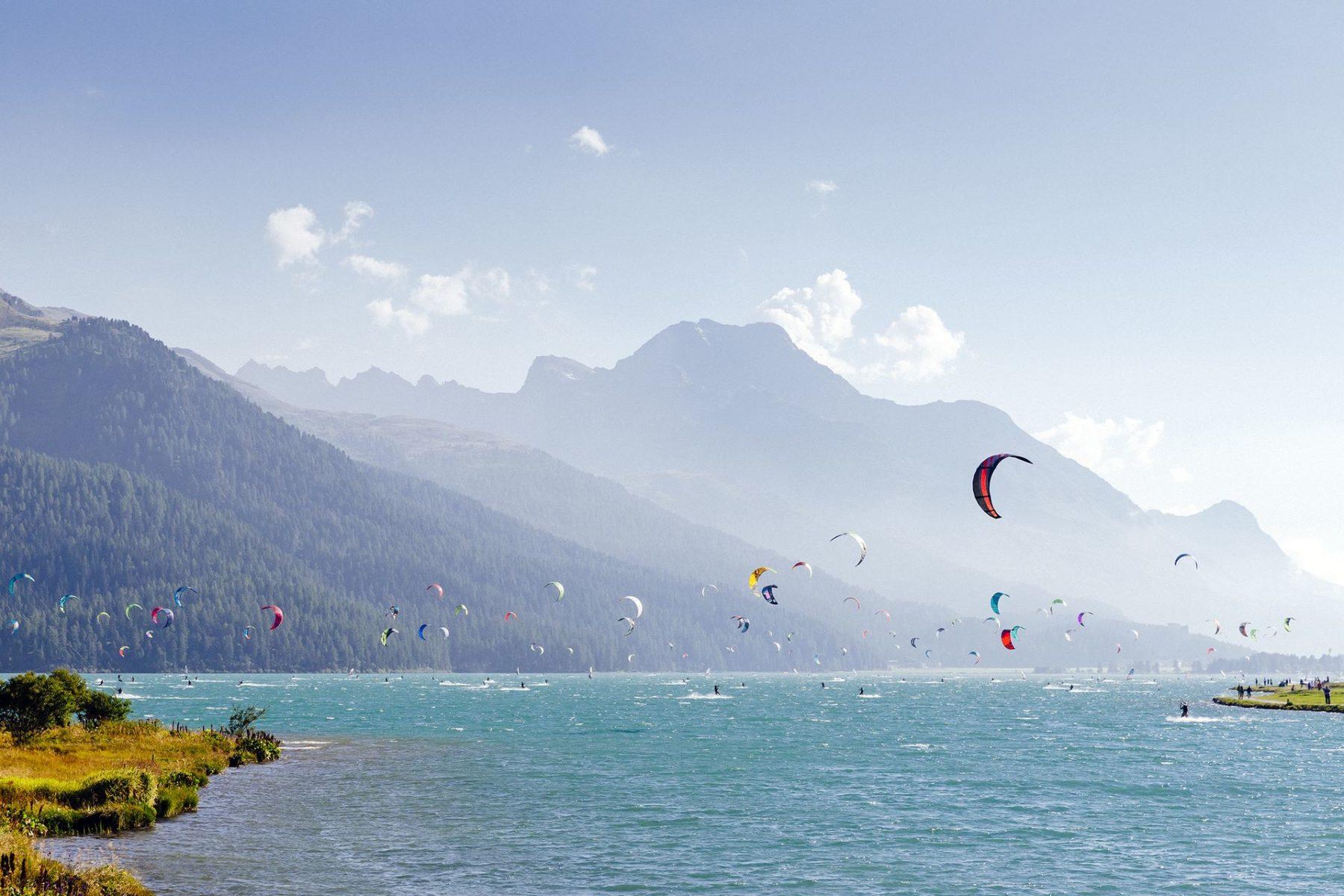 Tra le tante attività da praticare sul lago anche kite surfing