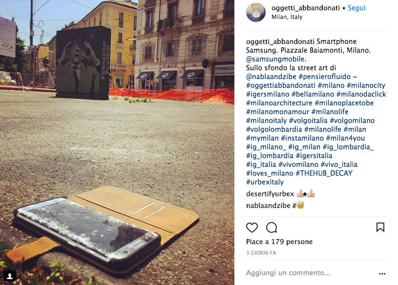 Telefono per terra in una piazza