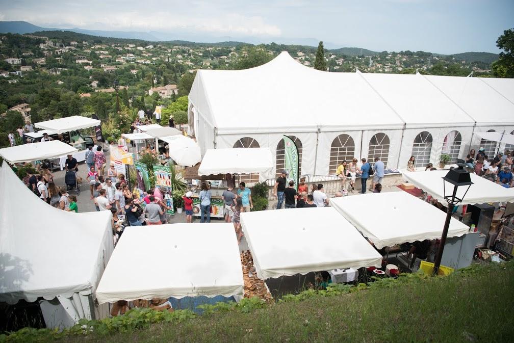 Gli stand de Les Etoiles de Mougins distribuiti per le strade antiche della cittadina